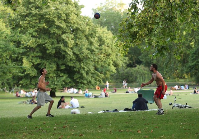 Dos personas jugando a fútbol en el St James's Park de Londres