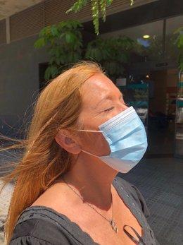 Una mujer con mascarilla