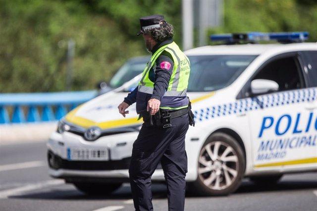 Un agente de la Policía Municipal de Madrid en un control policial en una de las salidas de la autopista de la M30