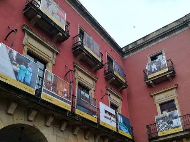 Exposición '#PHEdesdemibalcón', cuelga de los balcones de la plaza Mayor