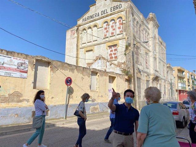 El consejero municipal de Urbanismo, Victor Serrano, visita la harinera de Casetas