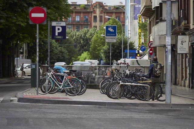 Bicicletas aparcadas. En Pamplona, Navarra (España), a 16 de junio de 2020 (archivo).
