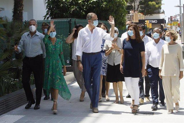 Los Reyes de España entran en el hotel Riu Concordia acompañados de la presidenta del Govern, Francia Armengol, y la delegada del Gobierno en Baleares, Aina Calvo