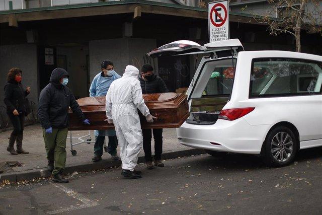Traslado de un fallecido por COVID-19 en Chile