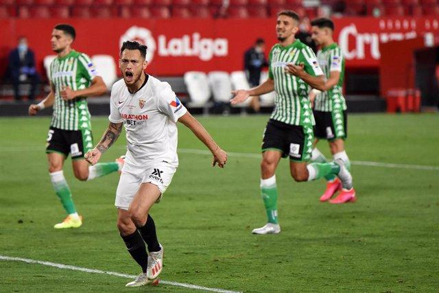 Lucas Ocampos celebra el primer gol en el derbi Sevilla - Betis