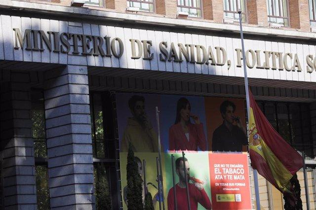Bandera de España a media asta en el Ministerio de Sanidad. Todas las banderas de los edificios públicos y de los buques de la armada ondearán a media asta en recuerdo a las víctimas del coronavirus.