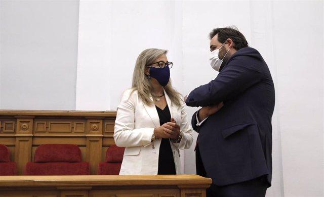 La diputada del PP, Lola Merino, con el presidente regional del PP, Paco Núñez, en las Cortes.