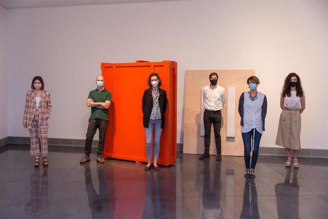 Presentación de la exposición 'El resto' en el Museo Universidad de Navarra. Marina Alonso, Guillermo Mora, Irma Álvarez-Laviana, Pau Cassany, Miren Doiz y Dailey Fernández.