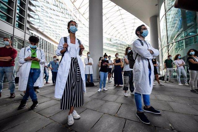 Médicos en prácticas protagonizan una protesta en Milán