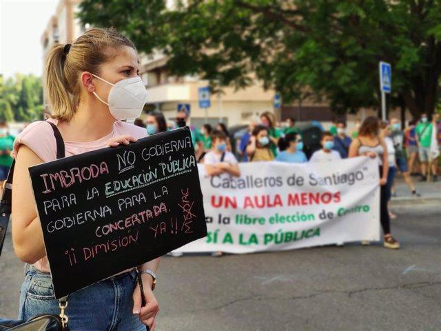 Concentración de miembros de la comunidad educativa en Córdoba contra el cierre de unidades