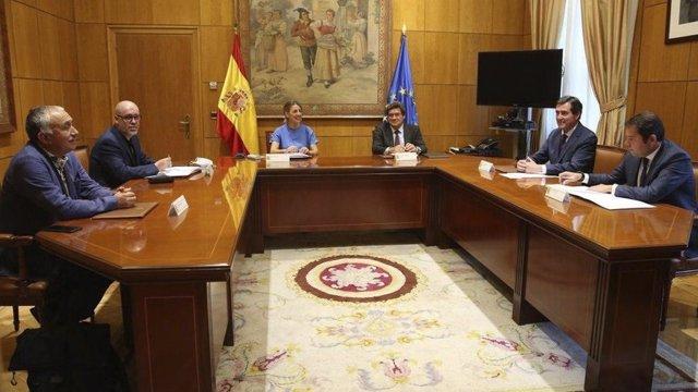 La ministra de Trabajo y Economía Social, Yolanda Díaz, junto con el ministro de Inclusión, Seguridad Social y Migraciones, José Luis Escrivá, y los agentes sociales