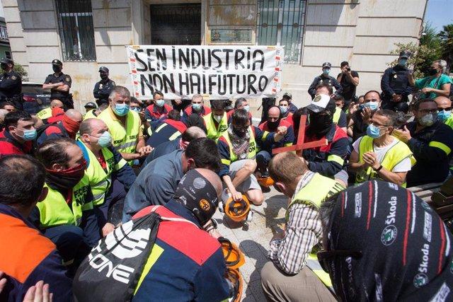 Manifestantes golpean sus cascos como signo de protesta a las puertas de la Subdelegación del Gobierno en Lugo durante una concentración convocada por el comité de Alcoa San Cibrao, donde además han tirado harina y huevo a la fachada, en Lugo, Galicia (Es