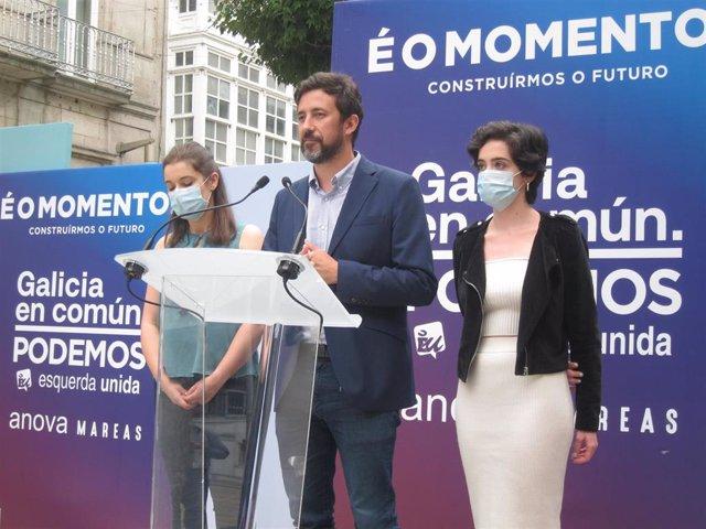 El candidato de Galicia En Común-Anova Mareas a la Presidencia de la Xunta, Antón Gómez-Reino, y las candidatas de la formación al Parlamento de Galicia Eva Solla e Iria Figueroa durante el acto