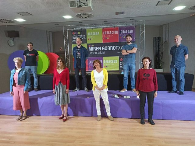 Acto de arranque de campaña de Elkarrekin Podemos-IU en Vitoria, con Miren Gorrotxategi, Pilar Garrido e Isabel Salud, entre otros.