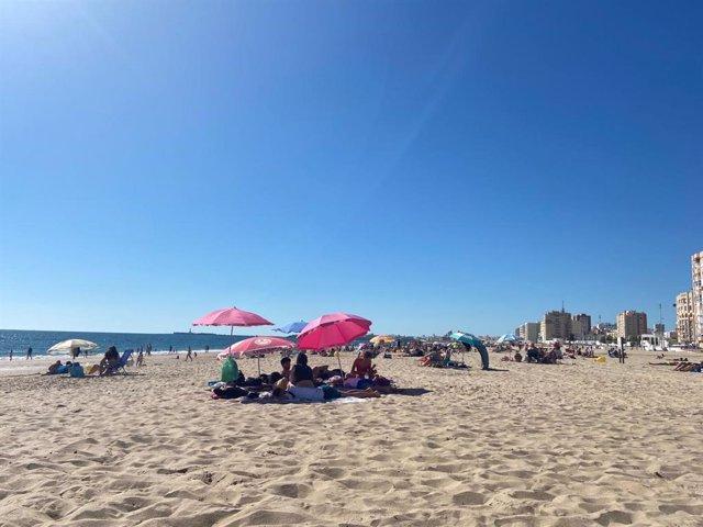 Playa Victoria de Cádiz en un día de junio