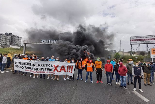 Trabajadores de Alu Ibérica cortan el tráfico en Alfonso Molina, en A Coruña