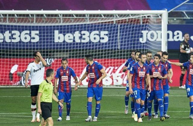Fútbol/Primera.- El Eibar anula al Valencia para alejar el descenso