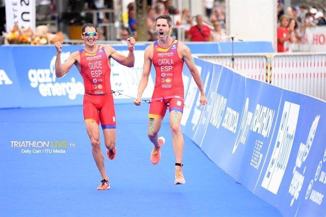 Héctor Catalá y Gustavo Rodríguez, campeones del mundo de triatlón paralímpico.