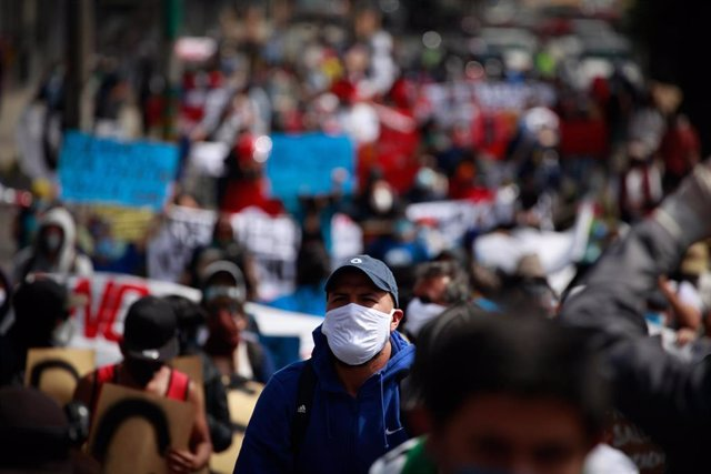 Un hombre con mascarilla en Quito por la pandemia de coronavirus