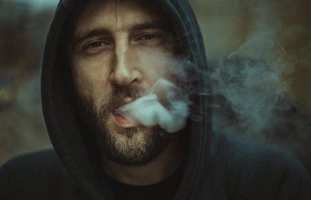 Hombre fumando, fumador