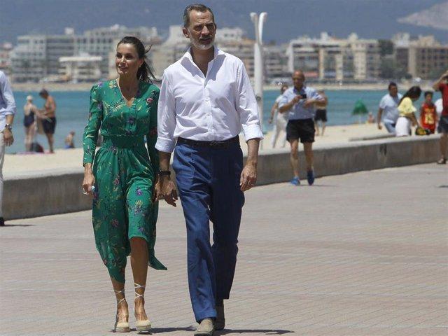 Los Reyes don Felipe y doña Letizia recorriendo el paseo marítimo de Palma de Mallorca