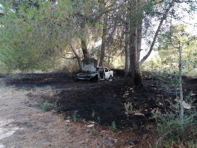 Coche calcinado en un incendio en Sant Joan, Ibiza.