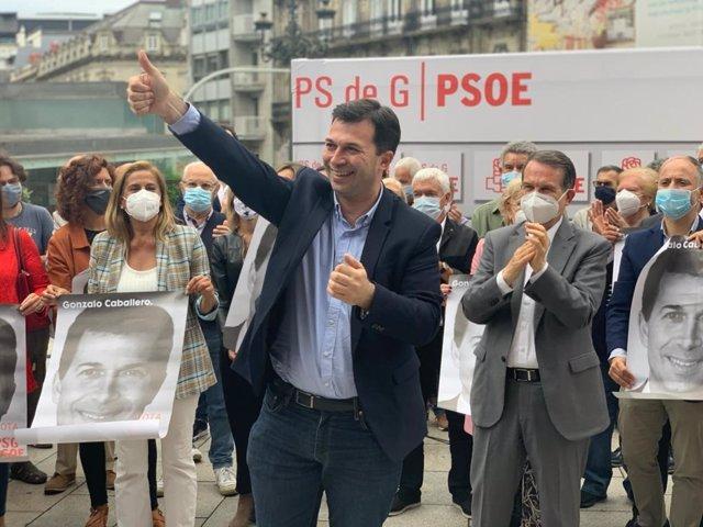 Gonzalo Caballero en un acto previo a la pegada de carteles para el 12J