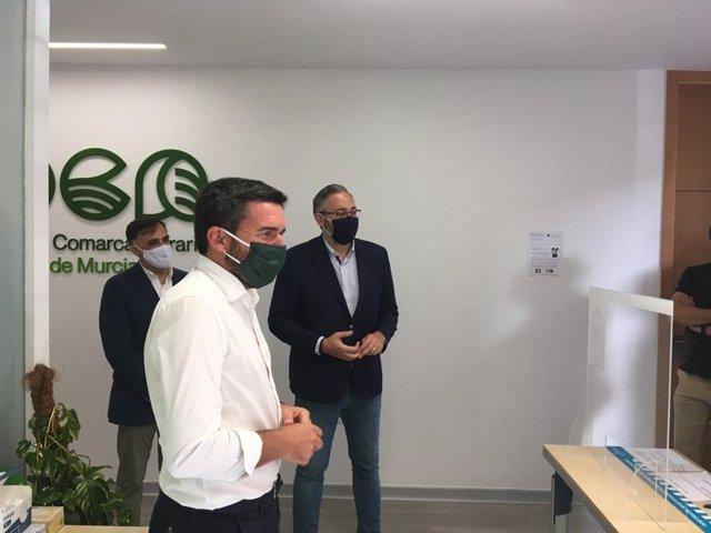 El consejero de Agua, Agricultura, Ganadería, Pesca y Medio Ambiente, Antonio Luengo, inaugura la oficina