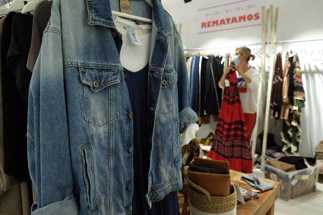 Preparación de una tienda de ropa antes de ser abierta al público en Palma en el inicio de la fase 1, en mayo.