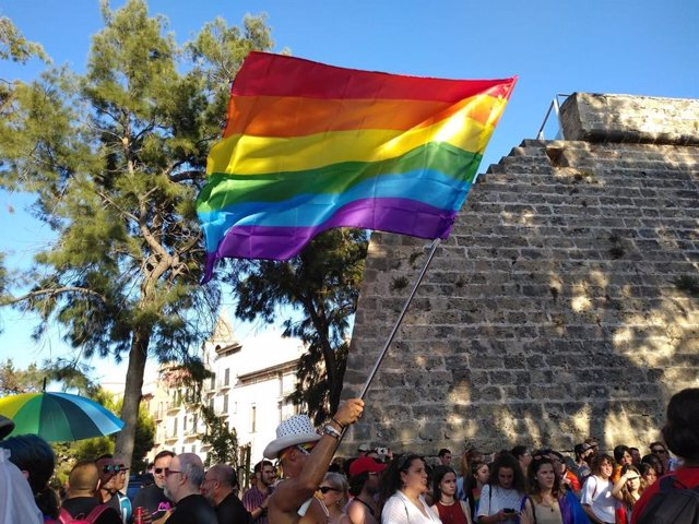 Hombre con la bandera LGTBI en la manifestación del Orgullo en Palma