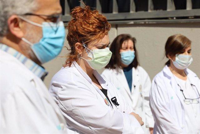 Sanitarios del Centro de Salud San Pablo de Zaragoza guardan un minuto de silencio en honor a su compañero de Atención Primaria, el médico José Luis San Martín Izcue, fallecido a los 55 años por COVID-19, en Zaragoza/Aragón (España) a 13 de abril de 2020.
