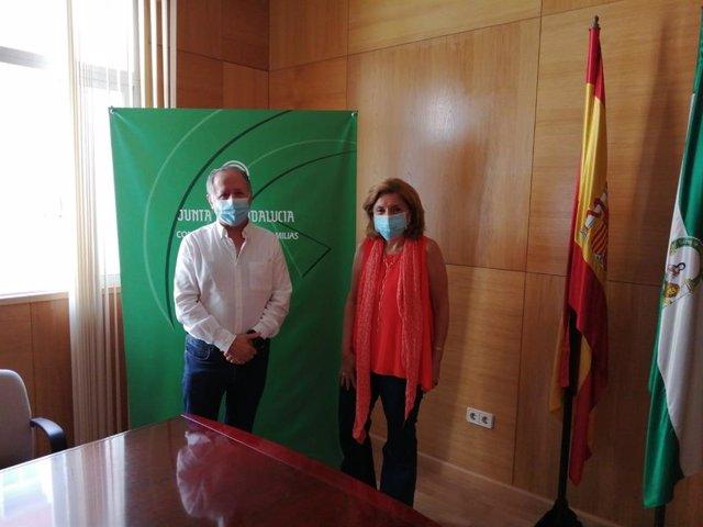 La delegada de Salud y Familias, María Jesús Botella, y el presidente del Colegio de Dentistas, Rafael Roldán