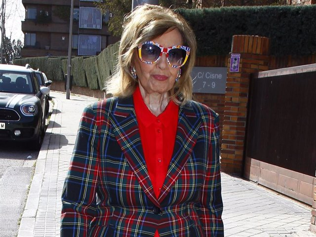 Teresa Campos, con sus coloridos looks habituales, de gestiones por la capital