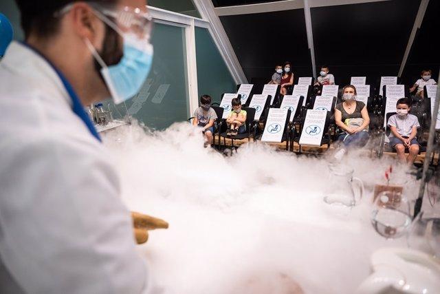 El Museu de les Ciències de València ofrece hasta cinco sesiones diarias de experimentos en directo con dos talleres: 'Química en acción' 'La ciencia invisible'