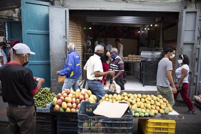 Un hombre vendiendo frutas en Caracas
