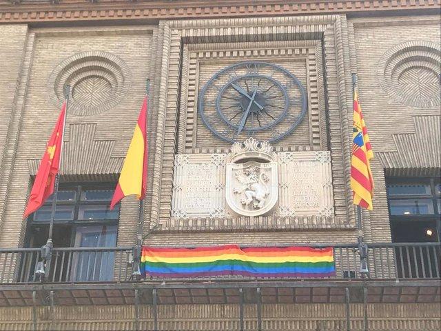 Bandera LGTBIQ en el balcón del Ayuntamiento