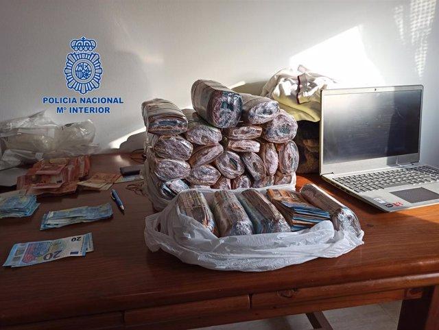 Part dels diners que s'han confiscat en una organització criminal durant la batuda de la Policia Nacional a diferents localitats de Catalunya