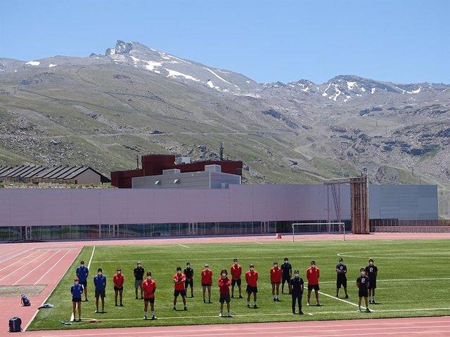 Imagen de los 15 deportistas de la RFEDI concentrados en el CAR de Sierra Nevada