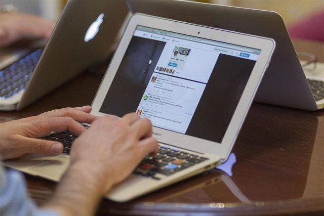 Redes sociales, internet, dispositivo, ordenador portátil, trabajando, trabajo, autónomo