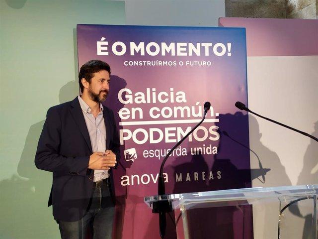 El candidato de Galicia en Común a la Presidencia de la Xunta, Antón Gómez-Reino, posa para los medios gráficos antes de una rueda de prensa