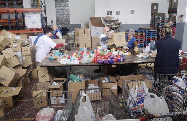 Voluntarios trabajan en la sede del Banco de Alimentos de Vigo