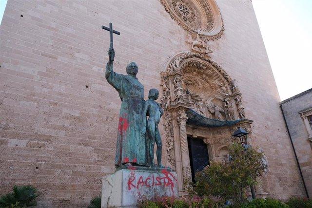 """La estatua de Juníper Serra, situada en la plaza Sant Francesc de Palma, amaneció con pintadas de """"racista""""."""