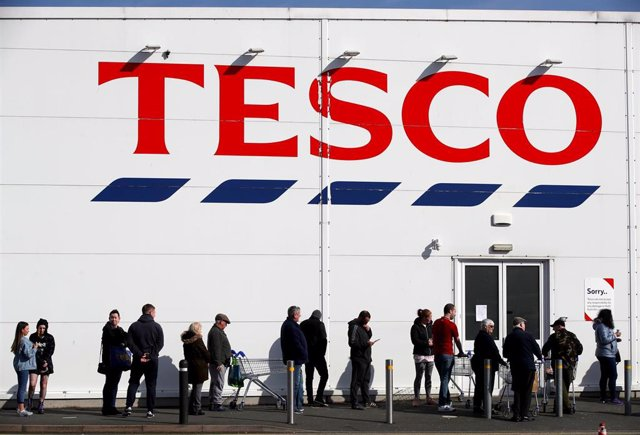 22 March 2020, England, Shropshire: People queue outside a Tesco Extra store. Tesco have announced their stores will now have a designated hour for NHS staff to shop during the coronavirus (COVID-19) outbreak. Photo: Nick Potts/PA Wire/dpa