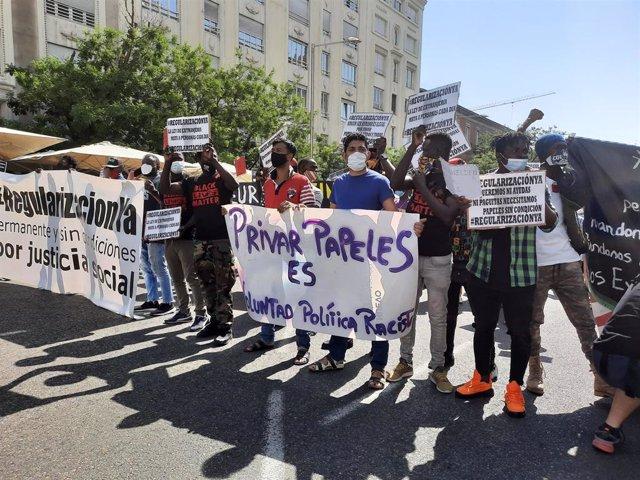 Migrantes se manifiestan ante el Congreso para pedir  una regularización para personas sin papeles