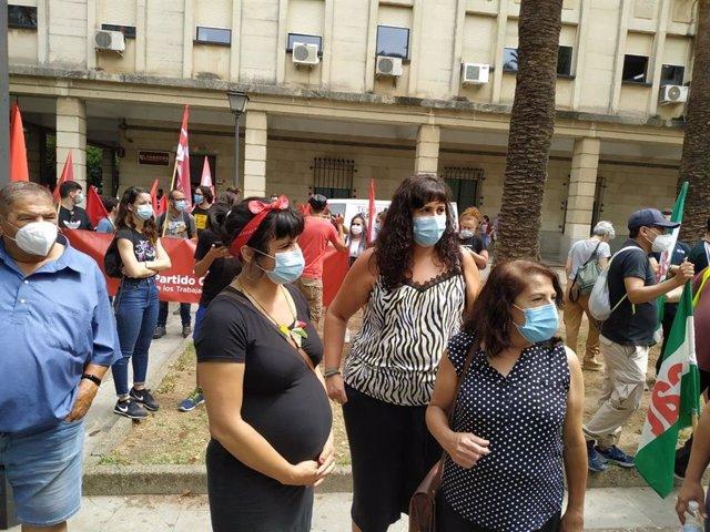 Teresa Rodríguez antes de participar en una concentración de los trabajadores de Alestis en Sevilla y atender a los medios