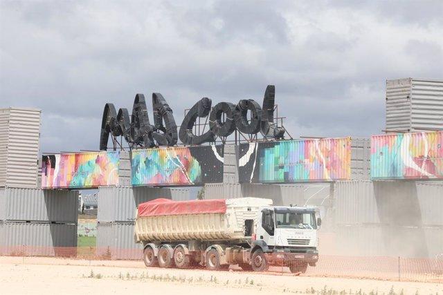 Un camión acondiciona la entrada del parque de Valdebebas que tradicionalmente da acceso al Festival Mad Cool, que este año no se celebrará a causa del coronavirus