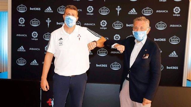 El entrenador del RC Celta de Vigo, Óscar García, y el presidente del club, Carlos Mouriño, en la firma del nuevo contrato del técnico