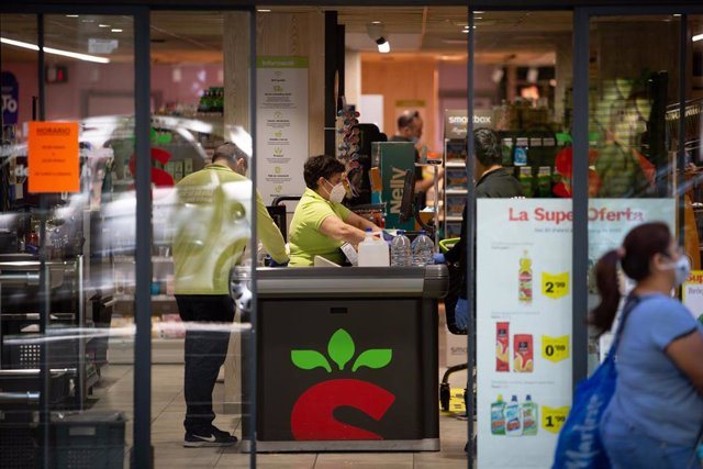 Entrada de un supermercado abierto durante el día 45 del estado de alarma decretado por el Gobierno por la pandemia del Covid-19, en Barcelona/Catalunya (España) a 28 de abril de 2020.