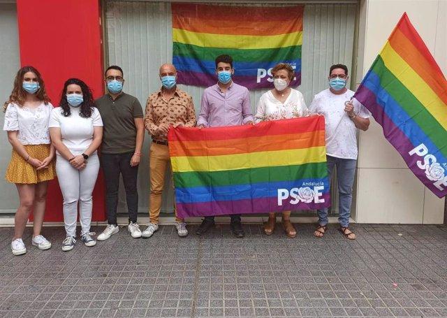 Hurtado (centro), con miembros de JSA y la bandera arcoiris, ante la sede del PSOE de Córdoba.