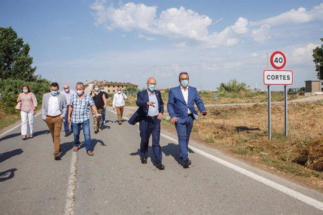 El consejero de Cohesión Territorial, Bernardo Ciriza, y el alcalde de Cortes, Fernando Sierra, visitan las vías renovadas en la localidad
